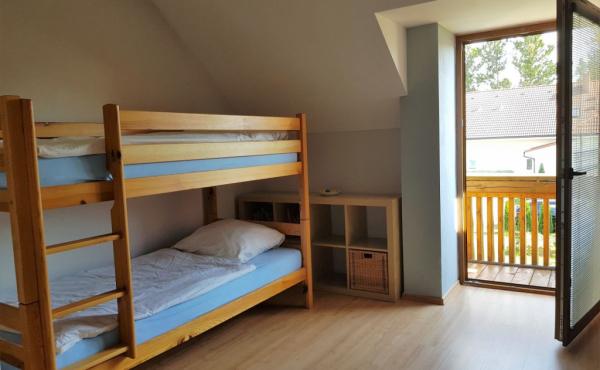 kinderzimmer-mit-hochbett-und-balkon