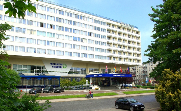 Front of Hotel New Skanpol, view through park